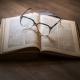 Open boek met bril